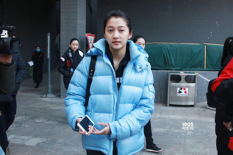 1905电影网讯 为期4天的北京电影学院表演系复试正在火热进行当中,2月24日,备受瞩目的明星考生亮相考场,再次引来了媒体们的长枪短炮。与初试相比,关晓彤的紧张情绪已经缓和了许多,素颜应考的她对自己的颜值表示很有自信,还笑称:否则就不当演员了。关晓彤还透露,在北电毕业的前辈当中,自己最喜欢,原因也很简单,就是漂亮。 复试当中,关晓彤准备了朗诵和舞蹈两项才艺,经过初试之后,她也已经不再那么紧张了,对自己刚刚的表现也是颇为满意。今年高考,关晓彤只报考了北电一所艺术类院校,现场她也聊起了自己的北电情结: