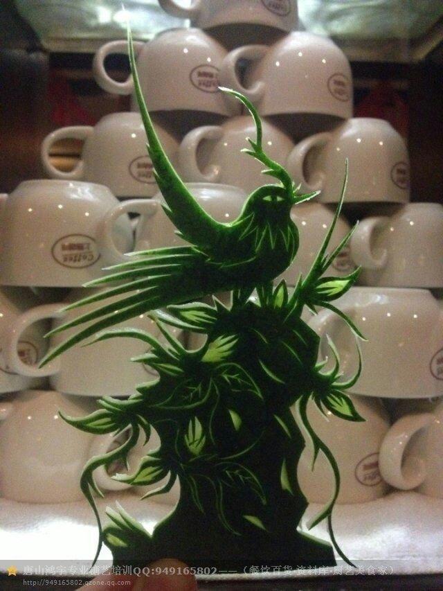 西瓜皮雕刻是适用于西餐厅.咖啡厅等果盘装饰的一种艺术,简而言之就是用西瓜皮雕刻成各种图样让顾客能够赏心悦目 食欲大增 西瓜皮雕刻是用一张薄薄的,带青皮和白肉的西瓜皮雕刻成各式各样花俏的平面图样,它是广泛用于西餐厅、咖啡厅、酒吧等水果拼盘装饰的一种艺术品。简而言之,就是用独道的雕刻技法在西瓜皮上雕刻成各种图样摆盘装饰,让产品不再传统单调以至于乏味,更能让顾客赏心悦目、食欲大增。 雕刻作品外在能够体现雕刻者的刀工、细心度以及思维创造;内在能够表达雕刻者的审美感受、用心程度以及个人修养。