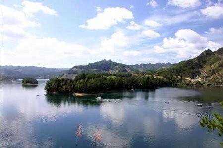 主要地质遗迹包括:小南海地震遗址,八面山岩溶地质地貌,仰头山岩溶