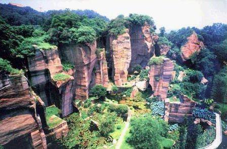 广州莲花山风景区有座麒麟峰,因峰顶上有一块酷似莲花的岩石,所以后人