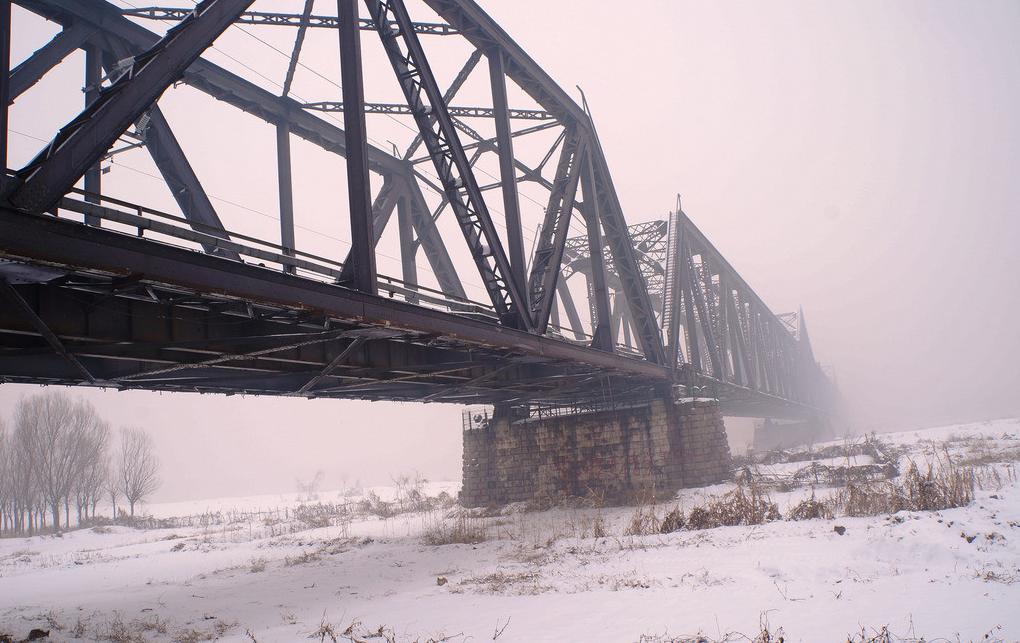 """初名""""兰州黄河铁桥"""",1942 年改为""""中山桥""""."""