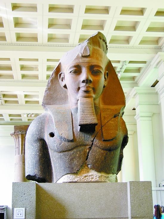 古埃及在公元前4000年左右出现了奴隶制国家,到公元前3000年,上埃及国王美尼斯征服了下埃及,建立了统一专制的王朝。国王被尊为法老,既是人间的君主,又是太阳神的儿子,统治者们利用宗教神秘的力量来统治国家。此后,埃及经历了古王国(公元前3000年公元前2300年)、中王国(公元前2150年公元前1200年)、新王国(公元前1071年公元前332年)三个统治时期。 前王朝时期埃及犹处于铜石并用时代,已有城市和最早文字,各小国兼并走向统一大国。早期王朝的第1王朝首次完成全国统一,宣告了古埃及文明的成