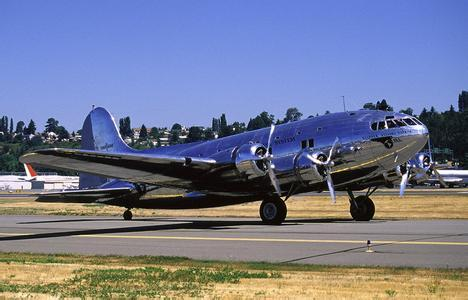 波音307客机是世界上第一种投入使用的完全使用加压客舱的客运飞机.