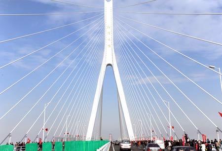 其中主桥采用独塔斜拉桥