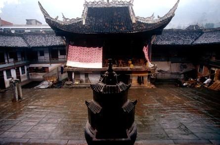 盐神庙沿袭我古代建筑的传统方式布局建造,采用沿轴线南北方向纵深