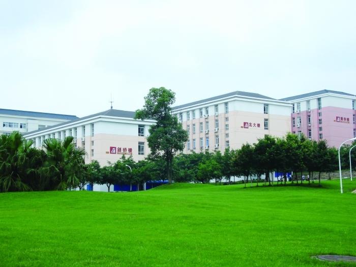 学校采用欧式后现代派建筑风格