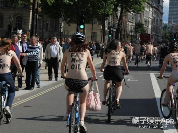 英国人又在裸骑自行车了,这码打起来好辛苦