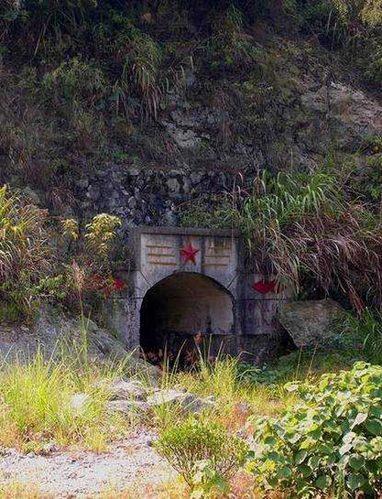 风景区距临湘市15公里,距京珠高速桃林镇出口23公里.